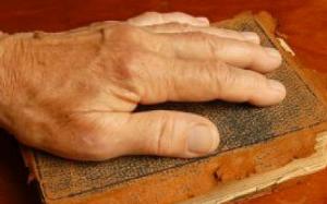 mao-sobre-a-biblia